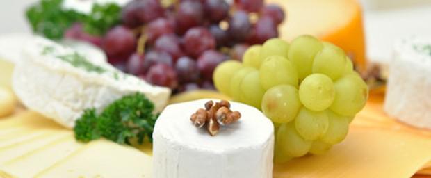 Weintrauben zum Abendbrot serviert mit Käse
