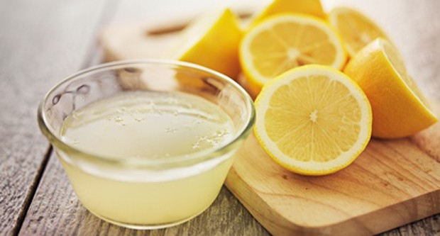 Zitronen als Saft gepresst