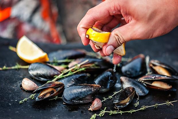 Muscheln die auf dem Grill nicht aufgehen sollte man entfernen.