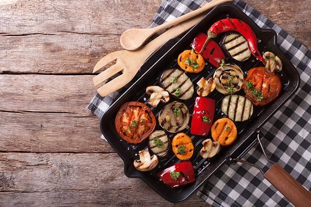 Das Gemüse sollte man in ungefähr gleich große Stücke schneiden.