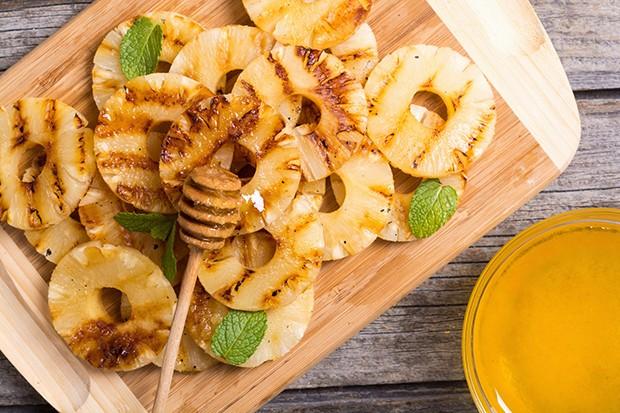 Gegrillte Ananas mit Honig ist ein wahrer Gaumenschmaus auf jeder Grillparty.