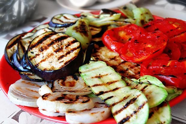 Die perfekte und gesunde Beilage zu Grillfleisch ist gegrilltes Gemüse.