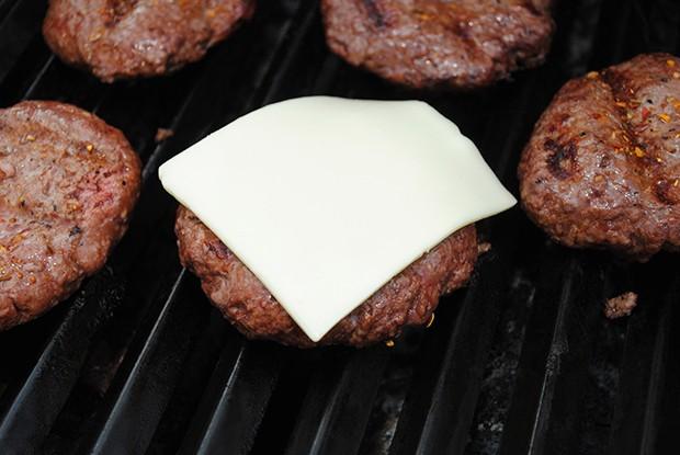 Der Käse sollte erst kurz vor Grillende über das Grillgut gelegt werden.