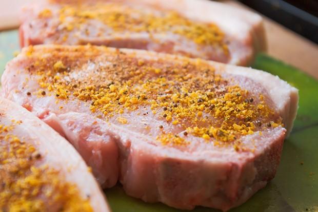 Auch mit diversen Gewürzen, Kräutern und Salzen kann das Fleisch perfekt mariniert werden.