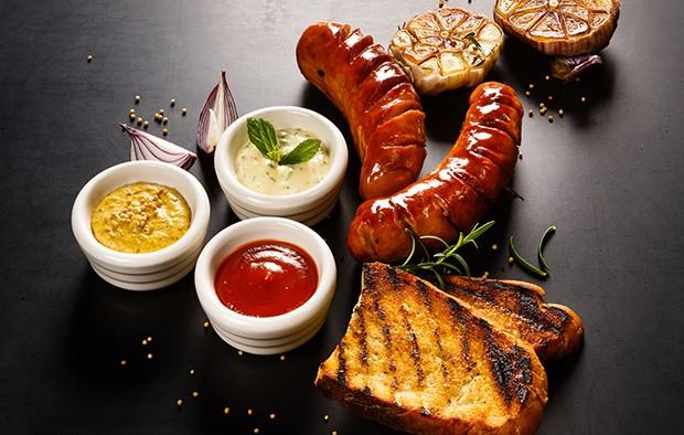 Selbstgemachte Saucen und Dips schmecken noch immer am besten zu Gegrilltem.