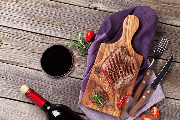 Zu gegrilltem Steak passt zum Beispiel ein guter Cabernet Sauvignon.
