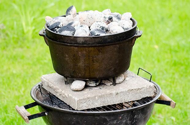 Durch das Belegen des Dutch Oven mit Kohlen erzeugt man Ober- und Unterhitze im Garraum.