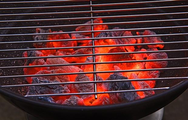 Das Grillbrenngut muss vor dem Entsorgen komplett abgekühlt sein – am besten mit Wasser übergießen.