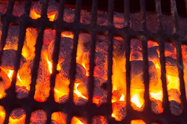 Erst wenn die Kohle bzw. Briketts richtig glühen kann mit der Auflage des Grillguts begonnen werden.