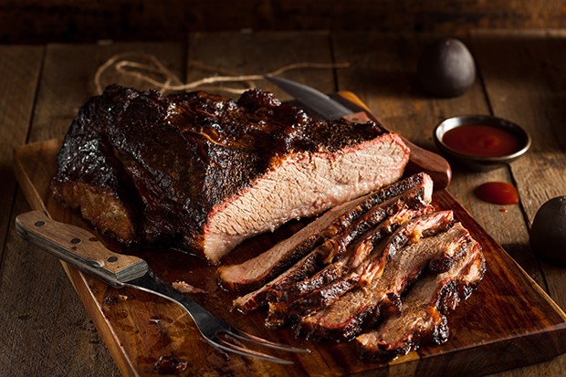 Das Smoken von ganzen Rindfleisch-Stücken dauert oft mehrere Stunden – der Geschmack ist aber einzigartig.