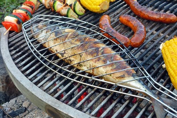 Fisch in Fischzange grillen