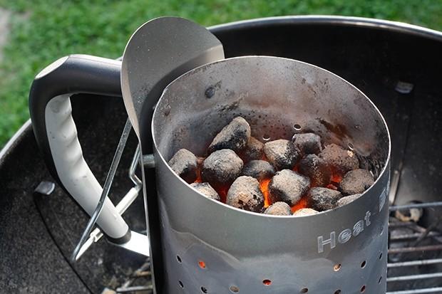 Vor allem ein Anzündkamin ist beim Grillen mit Holzkohle oder Briketts eine enorme Erleichterung.