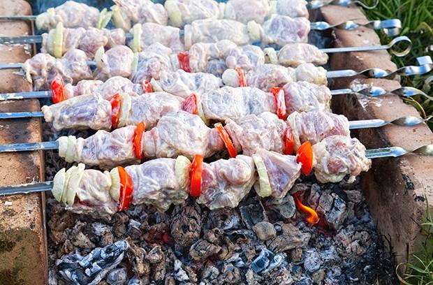 Schaschlik sind marinierte Fleischspieße werden traditionell in turksprachigen Ländern, in Russland, dem Kaukasus gegrillt.