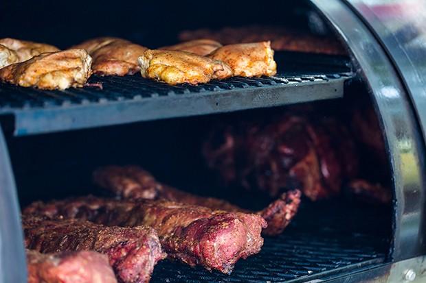 Ein richtiger Smoker Grill ist die Krönung des Barbecue Equipments, aber auch nicht billig.
