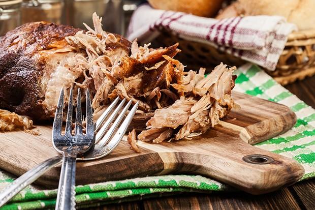 Für ein perfektes Pulled Pork sollte man, je nach Fleischgröße schon mal 12-18 Stunden rechnen.