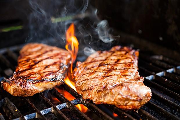 Fettes Fleisch sollte man nie über direktem Feuer grillen da das Fett krebserregenede Stoffe bildet.
