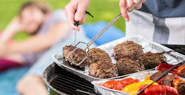 Das Grillen mit einer Grill- bzw. Aluschale verhindert das Abtropfen von Fett in die Glut.