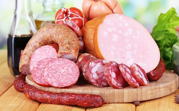 Vor allem auf fetthaltige Wurst und Fleisch sollte man verzichten.
