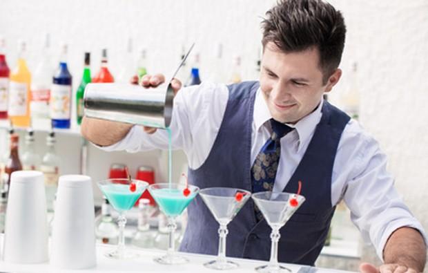 Mann hat einen Cocktail gemixt.