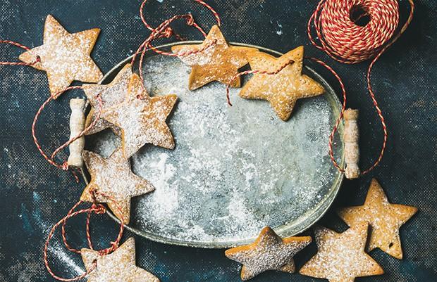 Selbstgemachte Kekse können mit einer einfachen Schnur am Christbaum befestigt werden.