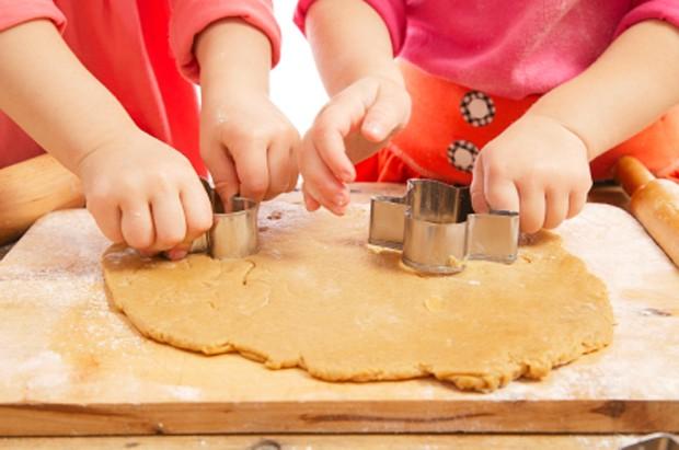 Kinder beim Kekse ausstechen
