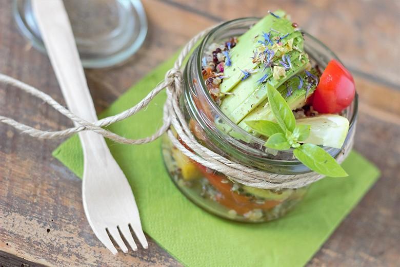 bunter-quinoa-salat-mit-pfirsich.jpg