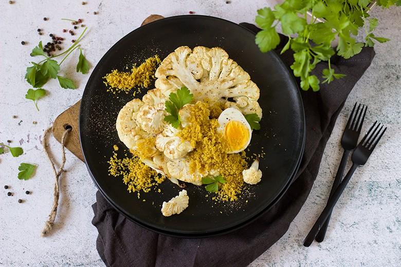 Karfiolsteaks aus dem Ofen mit Currybrösel und Ei