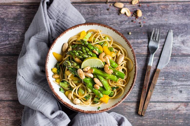 Asia-Spaghetti mit grünem Spargel