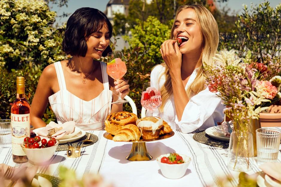 Lillet Blanc Sommer-Cocktail mit Kirchen und Erdbeern auf dem Tisch