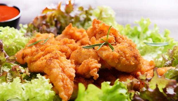 Huhn auf Blattsalat