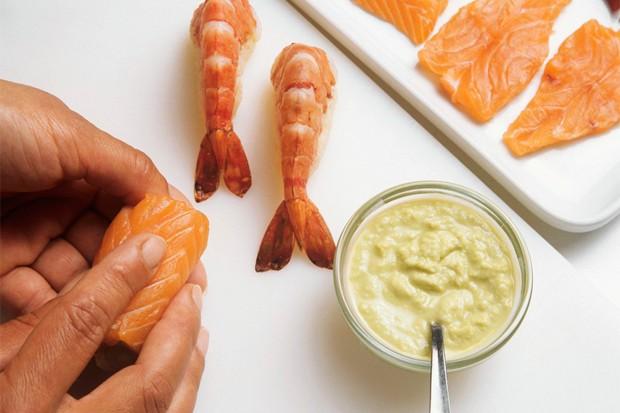 Sushi mit Wasabi würzen