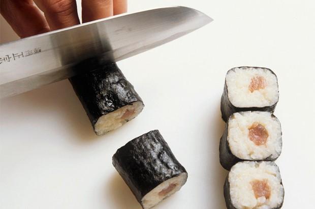 Sushi schneiden und anrichten