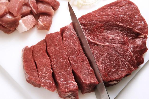Gulaschfleisch schneiden
