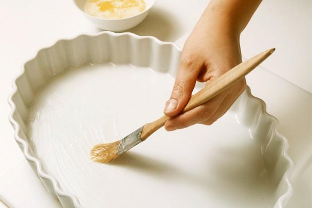 Zwiebel dünsten und Auflaufform vorbereiten