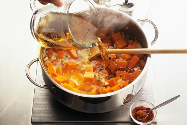 Mit Suppe aufgießen