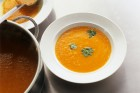 Kürbissuppe servieren