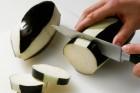 Aubergine schälen und schneiden