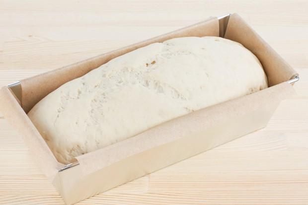 Brot in die Kastenform geben