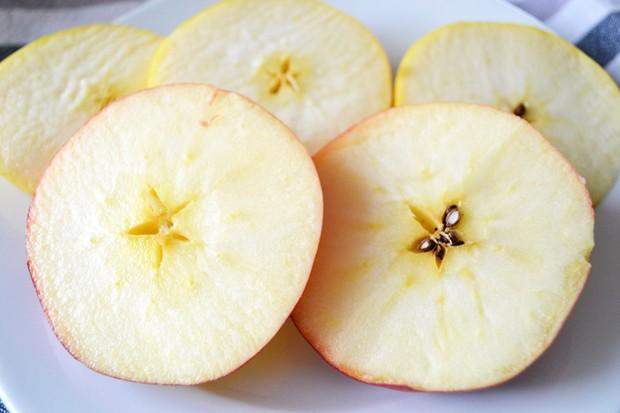 Apfelringe schneiden