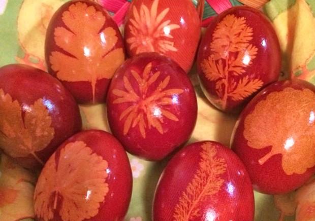 Gefärbte Ostereier mit Zwiebelschale