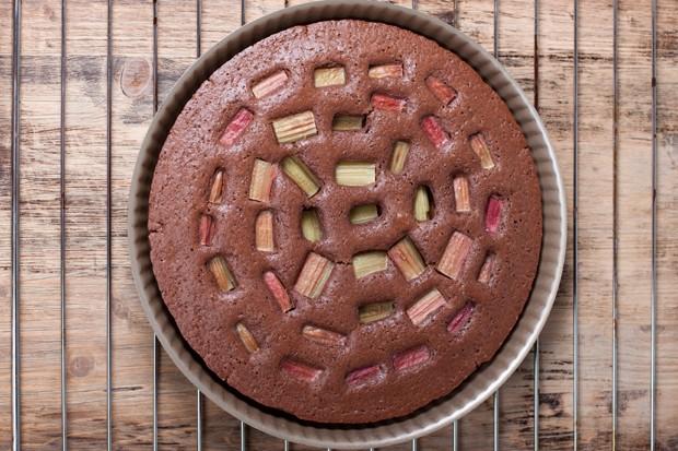 Schoko-Rhabarber-Kuchen mit Haselnüssen