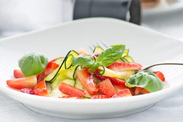 Zucchini-Erdbeer-Salat