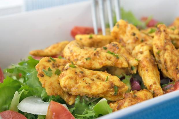 Hühnerstreifen auf Rucolasalat