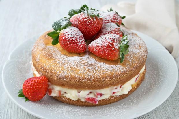 Torte gefüllt mit Erdbeer-Joghurtcreme