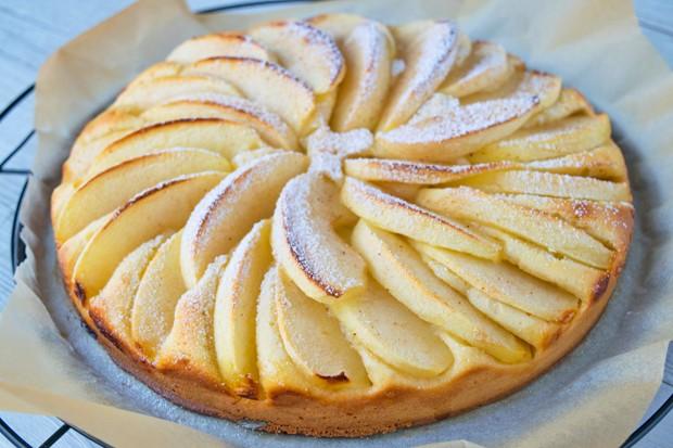 Einfache Torte mit Apfelspalten