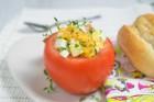 Gefüllte Tomate mit Ei und Weissbrot