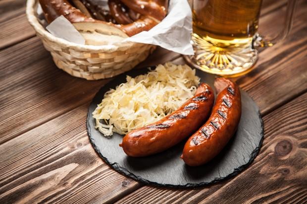 Deutschland: Bratwurst mit Sauerkraut