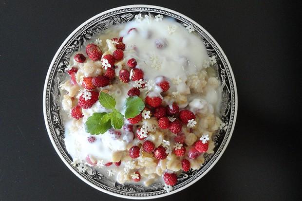 Porridge mit Walderdbeeren und Holunderblüten