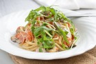 Sauerrahm-Champignon-Spaghetti auf Rucola