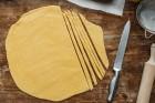 Teig ausrollen und zu Nudeln schneiden